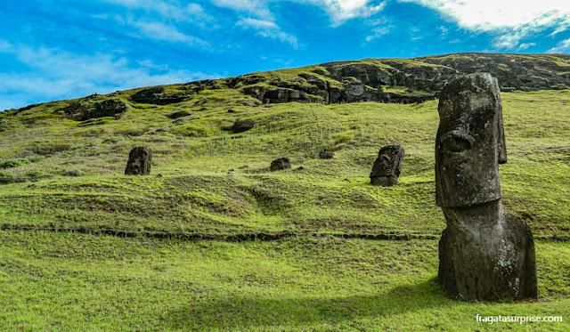 Moais na encosta do Vulcão Rano Raraku, na Ilha de Páscoa