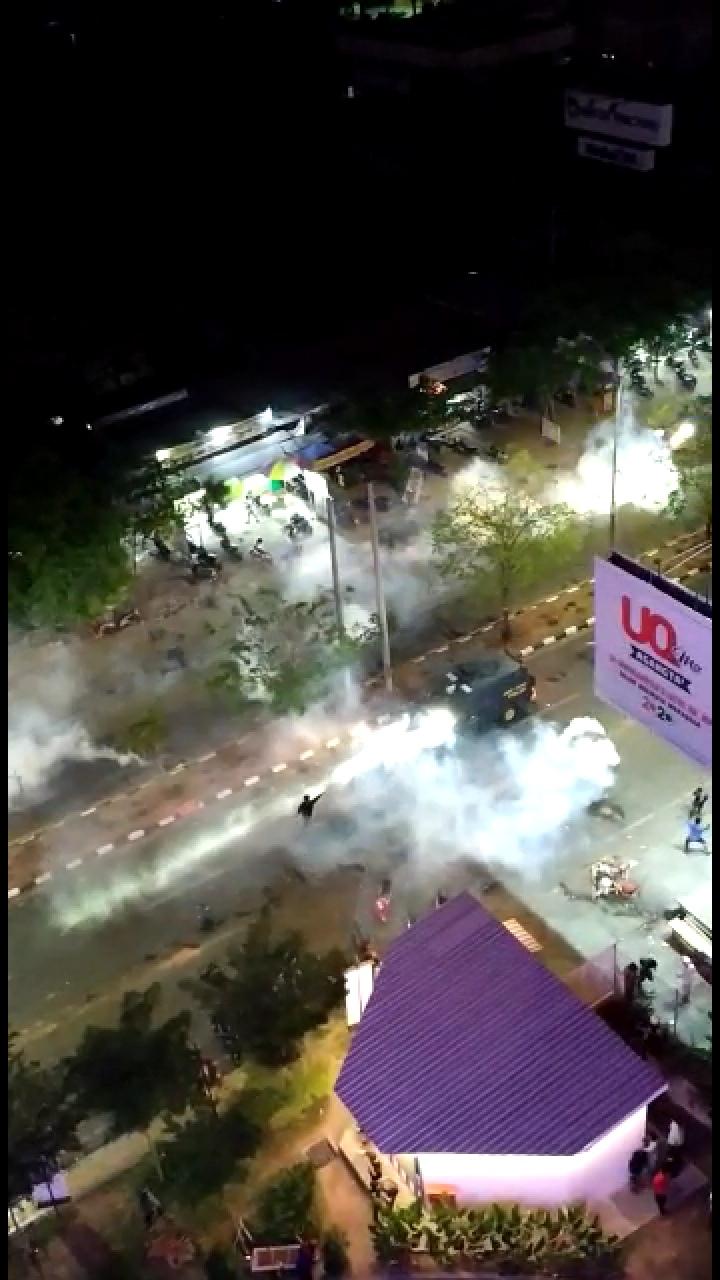 Detik-Detik Mengerikan Mobil Polisi Tabrak Peserta Unjuk Rasa