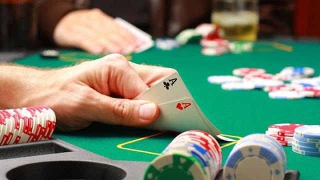 Συνελήφθησαν 20-30 άτομα σε παράνομη χαρτοπαιχτική λέσχη