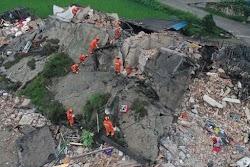 Τουλάχιστον 12 άνθρωποι έχασαν τη ζωή τους και άλλοι 134 τραυματίστηκαν όταν ισχυρός σεισμός 6 βαθμών έπληξε την επαρχία Σετσουάν της νοτιοδ...