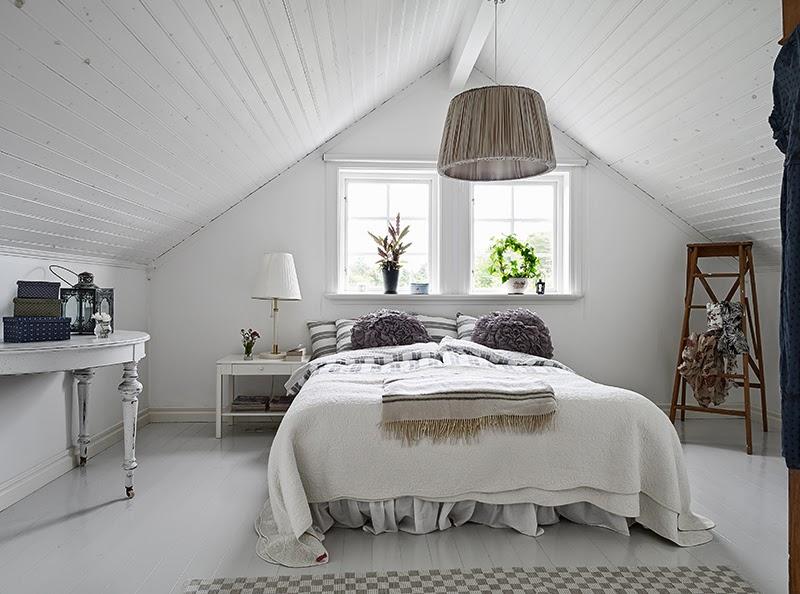 Biały, drewniany domek, wystrój wnętrz, wnętrza, urządzanie domu, dekoracje wnętrz, aranżacja wnętrz, inspiracje wnętrz,interior design , dom i wnętrze, aranżacja mieszkania, modne wnętrza, vintage, shabby chic, białe wnętrza, sypialnia