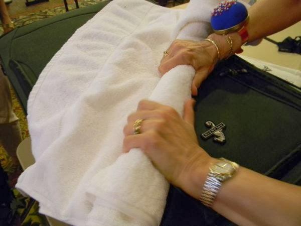 secar la tela liviana con una toalla