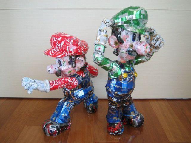 escultura con latas de cerveza.