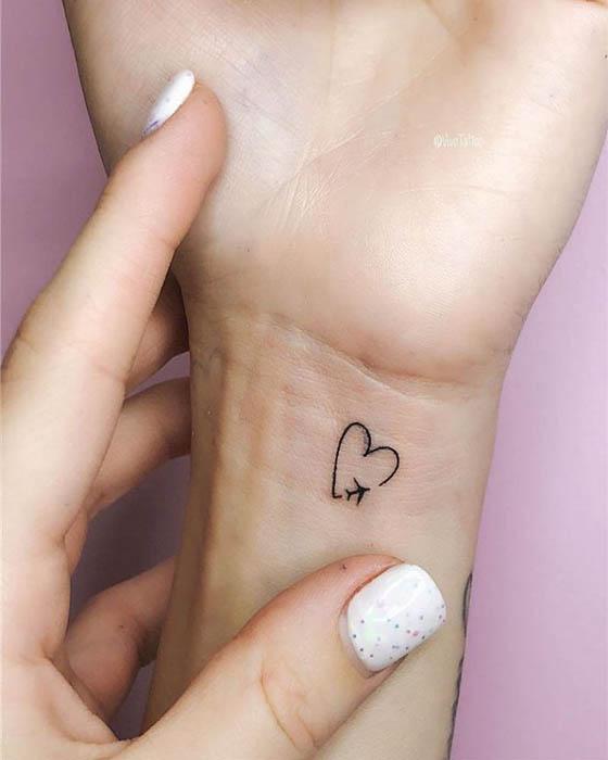 tatuaje de pequeño corazón en la muñeca