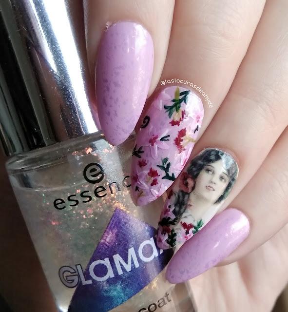 Nail art en lila pastel con topper holográfico. Diseño con flores para Ostara