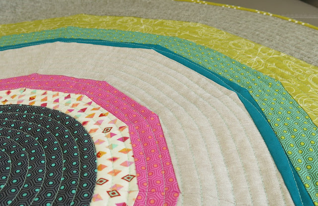 Luna Lovequilts - Round patchwork rug - Detail of spiral quilting
