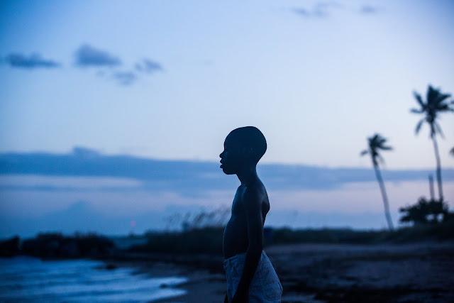 der cineast Filmblog Moonlight Little Chiron steht am Meer