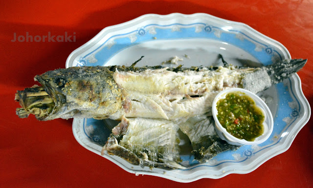 Bangkok-Food-Pla-Chon-Pao-Grilled-Snakehead-Fish-Street-Side-Stall