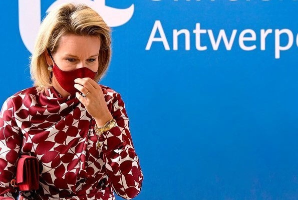 Queen Mathilde wore a new silk satin midi dress from Gabriela Hearts. Queen spoke with some volunteers. Josefina silk satin dress