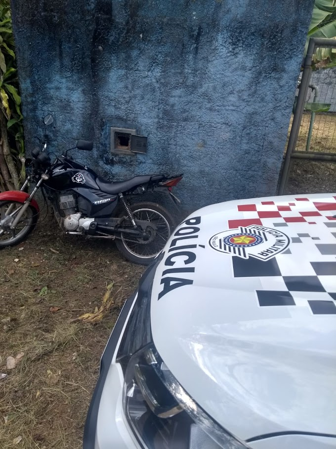 EQUIPE DA POLÍCIA MILITAR RECUPERA MOTOCILETA FURTADA EM SÃO PAULO NO PARQUE SÃO MARTINHO EM JUNDIAPEBA