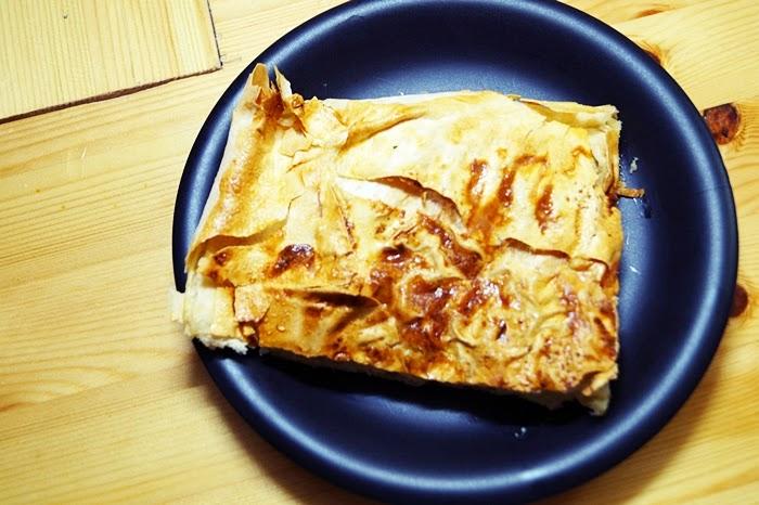 Börek mit Kartofell-Fetakäsefüllung auf dem Backblech