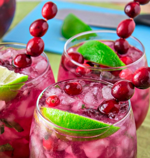 CRANBERRY LIME MOJITOS #drink #mojitos #cranberry #lemon #sangria