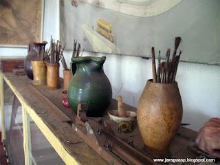 Algumas das ferramentas do pintor Henrique Manzo em seu atelier anexo à Galeria Narciza