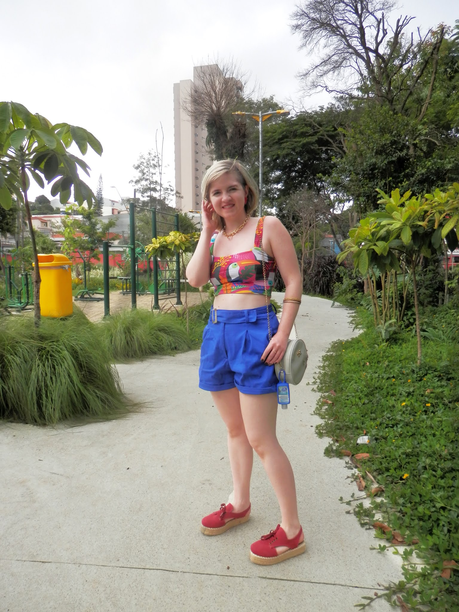 look shorts social azul com cropped