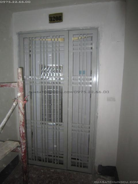 Cửa ngoài chung cư N02-T1 Ngoại Giao Đoàn