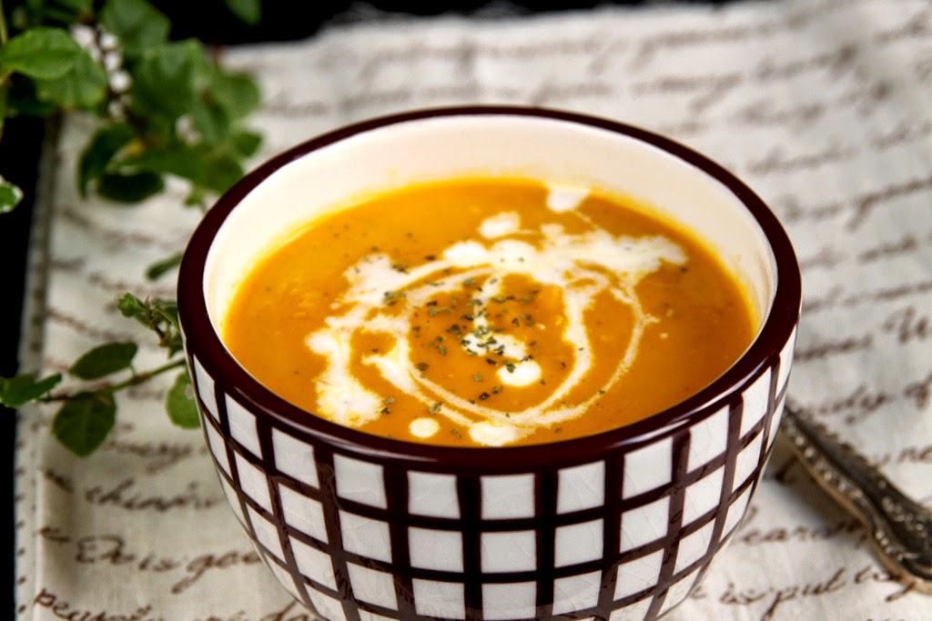 Pikantna zupa marchewkowa z czerwoną soczewicą