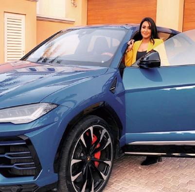 الإعلامية سمية الشيخ تتفاجأ بهدية سيارة لامبرغيني 2020