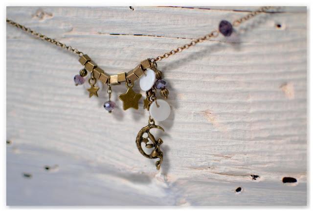 pendentif lune fée étoiles bronze vieilli et perles indigo à facettes