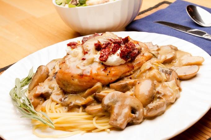 Gombás, aszalt paradicsomos csirkemell: a bortól lesz ennyire omlós a hús