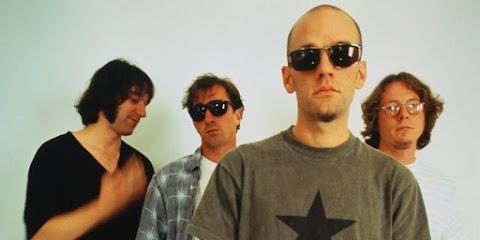 A R.E.M. Monster című lemeze CD-dobozban és vinylen