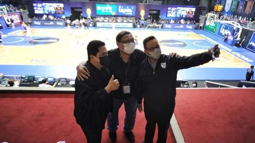 Selfie dengan Erick Thohir di Final IBL, Anies Hadir Langsung Dukung Satria Muda dan Pelita Jaya