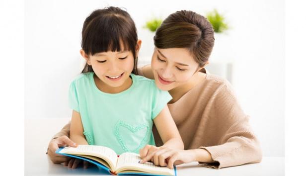 menemani anak membaca buku
