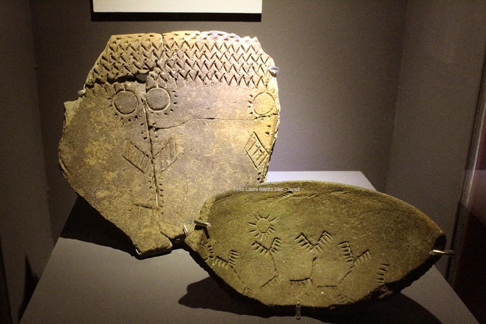 Fragmentos de cerámicas con decoración incisa de ciervos y soles procedentes de los yacimientos calcolíticos de Las Carolinas (Madrid) y La Calderona (Valdemoro).
