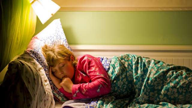 Menurut hasil penelitian yang diujikan terhadap 1,679 perempuan, dipublikasikan Chronobiology International, cahaya saat tidur termasuk salah satu faktor yang membuat risiko kanker payudara.