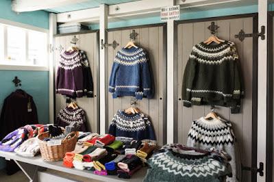 Jerseis típicos islandeses en una tienda para compras en Islandia