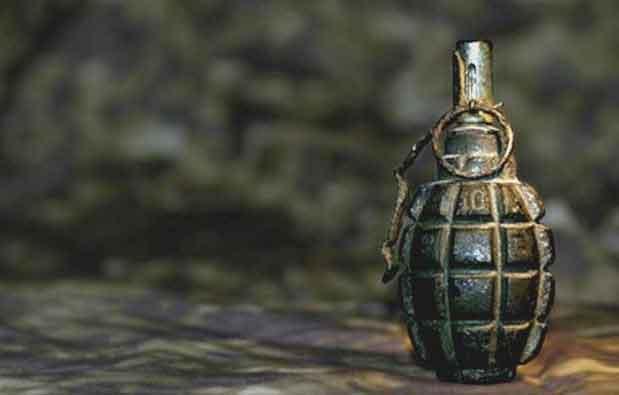 श्रीनगर में आतंकवादियों ने सुरक्षा बलों पर हथगोला फेंका,महिला समेत एक जवान धायल
