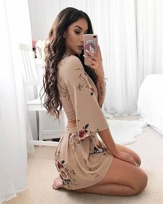 pose tumblr sentada con vestido corto casual