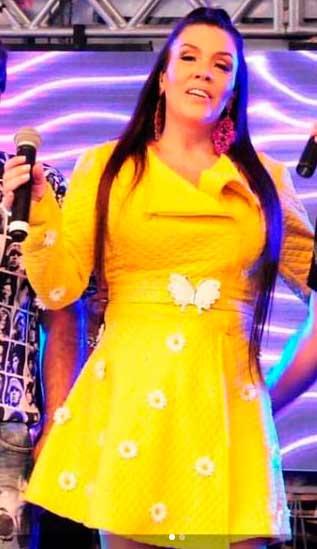 Simony cantora casaco amarelo