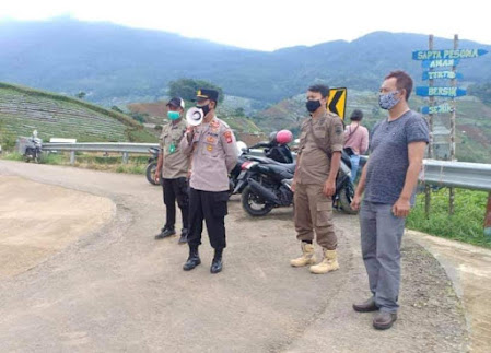 Pastikan Prokes, Kapolsek Argapura Berikan Himbauan Kepada Pengunjung Obyek Wisata Panyaweuyan