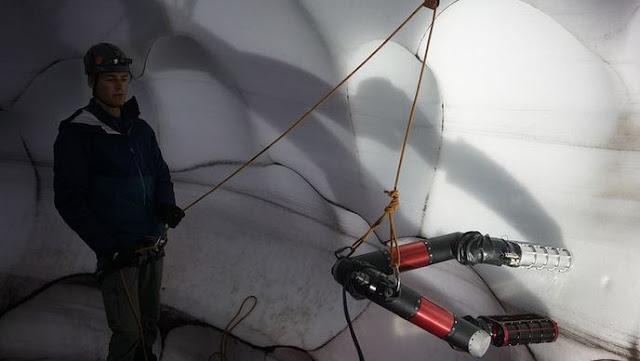 Menggunakan desain LEMUR, IceWorm bergerak beberapa kaki pada saat itu.
