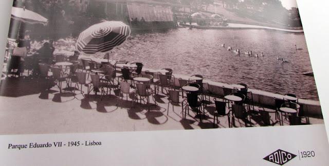 foto das cadeiras Adigo numa esplanada em Lisboa em 1945