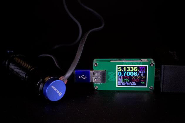 Olight M2R ładowany poprzez magnetyczny kabelek USB