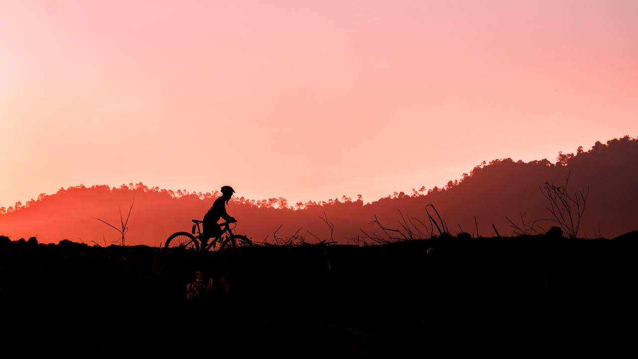 fajriology.com - Foto mengayuh senja. Kembali bersepeda merupakan langkah bagus untuk menjaga kelestarian lingkungan.