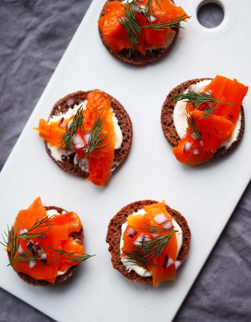 porkkala, porkkanalohi, vegaaniset-cocktailpalat, gluteenittomat-cocktailpalat, gluteenittomat-palttoonapit, vegan-salmon, plant-based-salmon, vegan-carrot-salmon