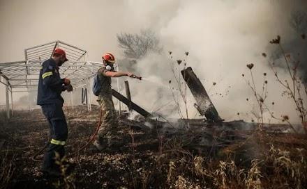 Φωτιά στη Βαρυμπόμπη: Εγκλωβισμένοι πολίτες και αστυνομικοί
