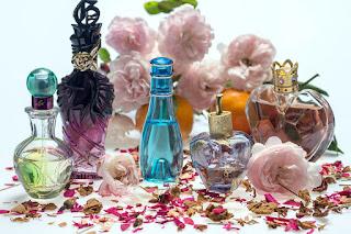 """Ķīmiskās un dārgās smaržas – viens no apziņas """"bloķētājiem"""" jeb kāpēc skaistums prasa pārāk lielus upurus"""