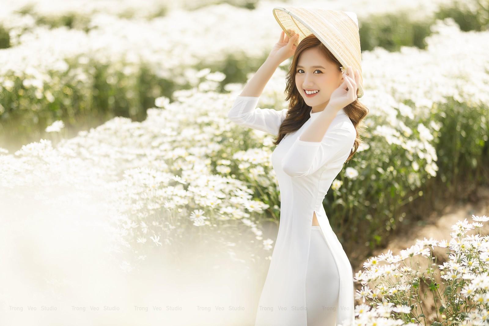 Ngắm hot Girl Thu Hương xinh đẹp như hóa trong tà áo dài trắng bên cúc họa mi - 15