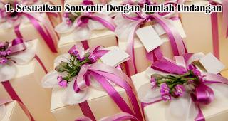 Sesuaikan Souvenir Dengan Jumlah Undangan adalah salah satu tips memilih souvenir pernikahan