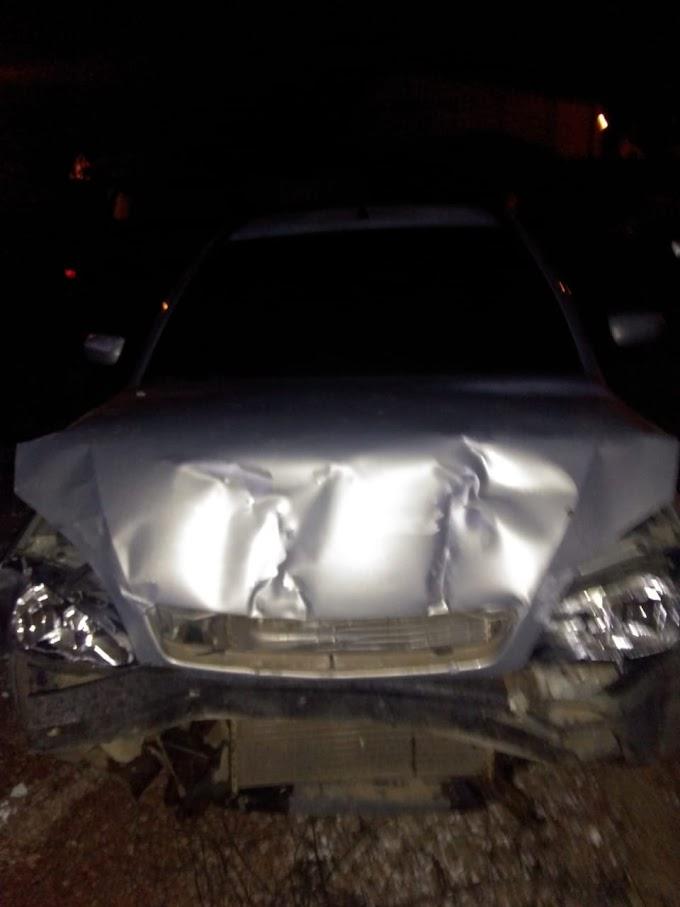 Motorista fura bloqueio policial, bate o carro e foge a pé