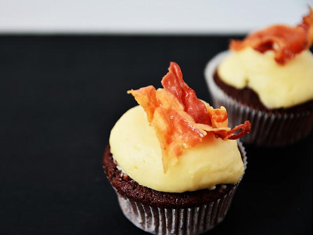Schwarzbier-Cupcakes mit Ahornsirup-Buttercreme und Bacon - ein Rezept @frauvau.blogspot.de