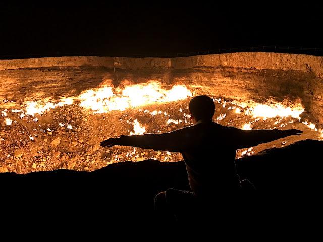 トルクメニスタンのカラクム砂漠にあるダルヴァザ村の近くで1971年から延々と燃えつづけているガスクレーター、通称「地獄の門」