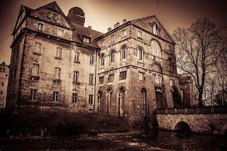 ciri-ciri rumah berhantu