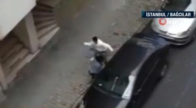 Απίστευτες εικόνες: Άνδρας δέρνει την έγκυο σύζυγό του στη μέση του δρόμου – Δείτε το βίντεο