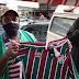 Grupo se une para comprar camisa original do Fluminense para feirante que viralizou na internet com camisa alternativa