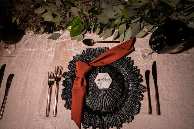 black chargers and red napkin place settings