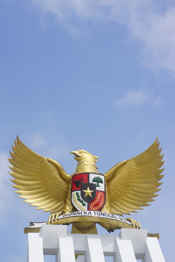 Garudaku Menjulang tinggi di langit biru